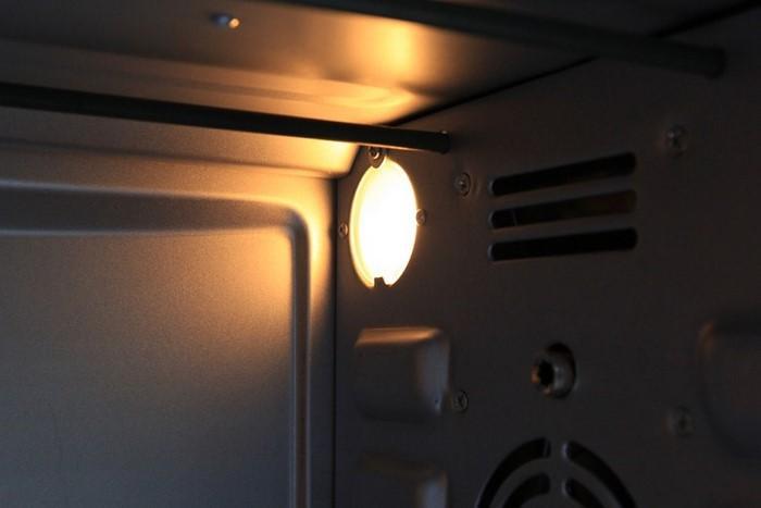 Khoang lò có đèn của lò Sanaky VH509S