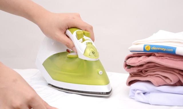 Nên ủi mặt trái của quần áo để đảm bảo độ bóng mượt
