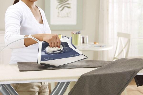 Nên dùng nước tạo hơi ẩm khi cần ủi li cho quần áo