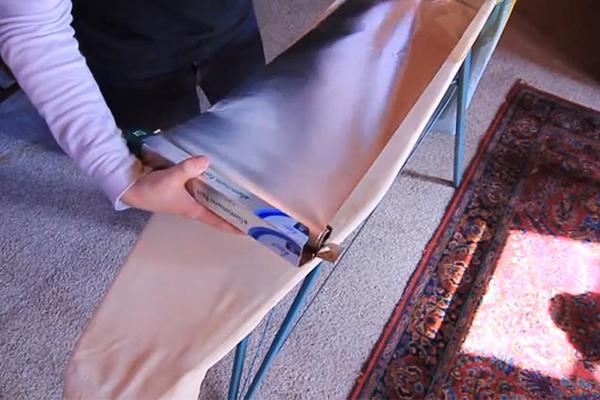 Một tấm giấy bạc có thể giúp bạn ủi đồ nhanh hơn