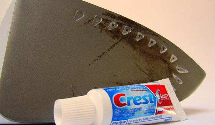 Các cách làm sạch mặt bàn ủi khác