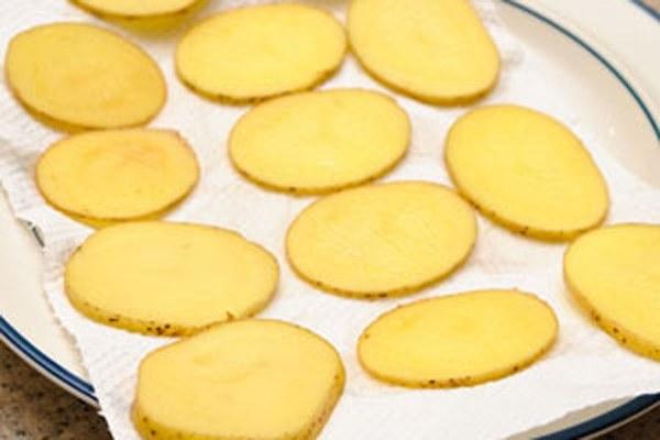 Bước 1 Sơ chế khoai tây snack khoai tây bằng lò vi sóng