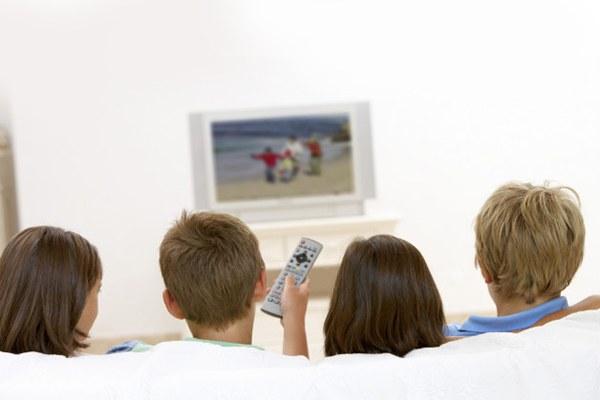 Tivi không đặt quá cao hoặc quá thấp so với mắt người xem
