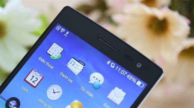 Viền màn hình phía trên có camera phụ 5MP, loa thoại và các bộ cảm biến