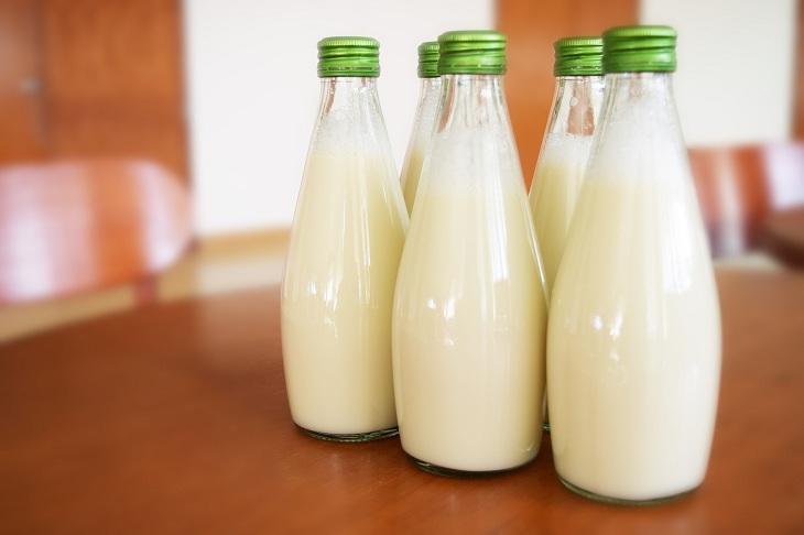 Để sữa trong lọ thủy tinh