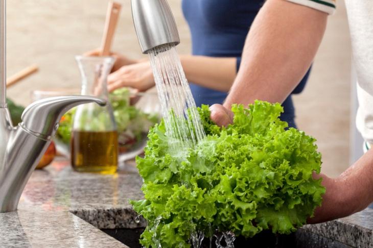 Rửa rau sống trước khi cho vào tủ lạnh