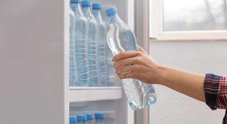 Dùng bình nhựa để nước lọc trong tủ lạnh