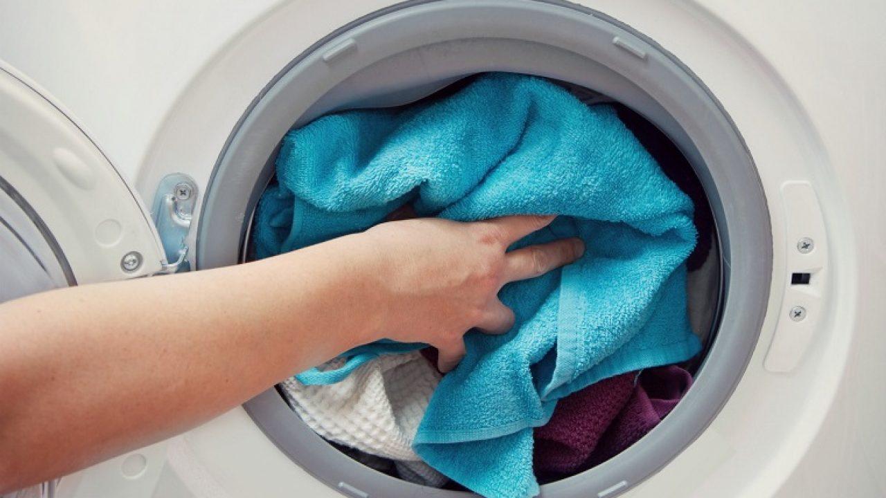 Lấy quần áo còn sót lại trong máy giặt ra ngoài