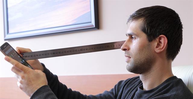 Với độ phân giải 480p, người dùng bình thường bắt đầu thấy điểm ảnh ở khoảng cách 37,4cm trên chiếc điện thoại 4 inch