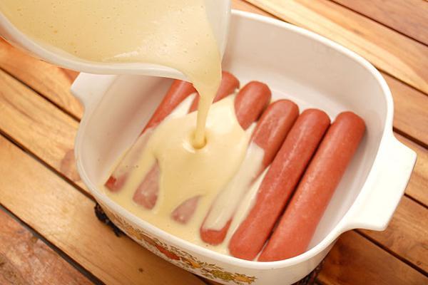 Bước 1 Khuấy bột xúc xích bọc bột nướng bằng lò nướng