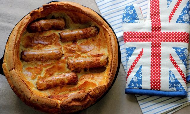 Xúc xích bọc bột nướng bằng lò nướng