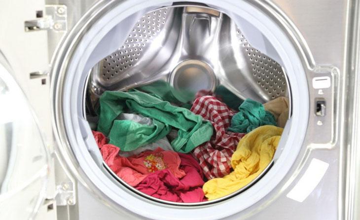 Không lấy quần áo ra khỏi máy sau khi giặt
