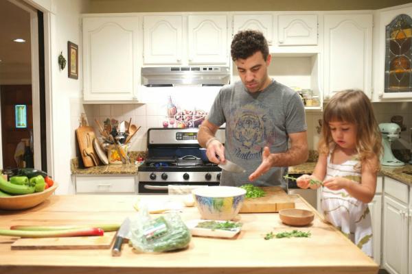 Để mắt tới trẻ trong quá trình nấu ăn