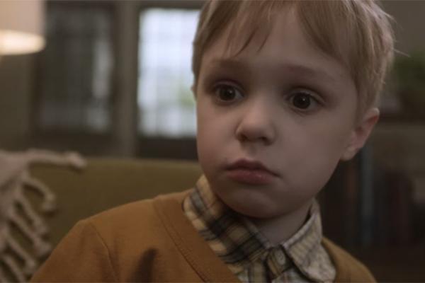 Vẻ mặt kinh ngạc của đứa bé trong clip cho thấy khả năng kết nối vô tận