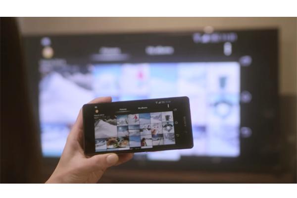 Xem và lướt ảnh trên màn hình tivi 4K cực lớn