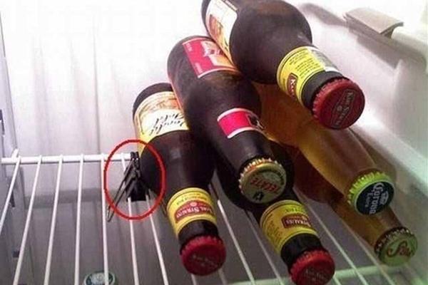 Cố định chai rượu khi chất chúng lên cao bằng một chiếc kẹp