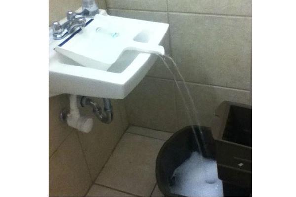 Cách lấy nước độc đáo từ bồn rửa mặt