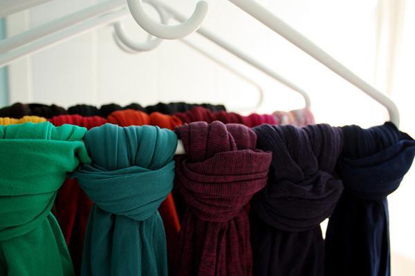 Buột khăn quàng cổ trên móc treo