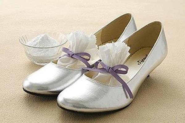 Đặt bột baking soda vào trong giày