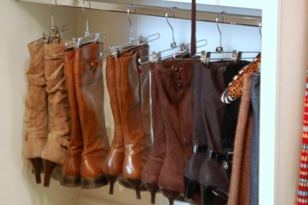 Dùng kẹp kẹp giày trên các móc treo quần áo