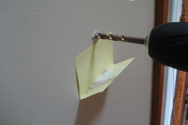 Hứng bụi khoan đơn giản bằng miếng bìa nhỏ