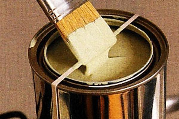 Gạt cọ vào dây chun giữa hộp sơn