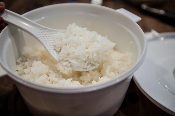 Nấu cơm bằng lò vi sóng là một sáng kiến không tồi khi nhà đột nhiên có khách hoặc nồi cơm điện của bạn bị hư