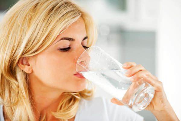 Uống nước nóng là cách hiệu quả để giảm mụn từ bên trong.