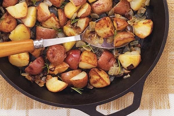 Sử dụng những chiếc chảo gang khi dùng lò nướng sẽ nấu nhanh hơn