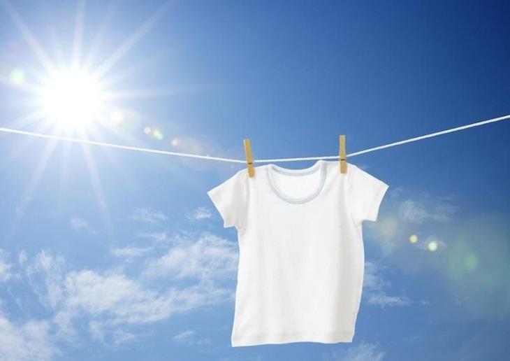 Phơi áo dưới trời nắng gắt để giữ áo luôn trắng và mới