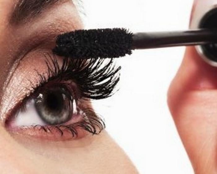 Tái sử dụng mascara để chải lông mi