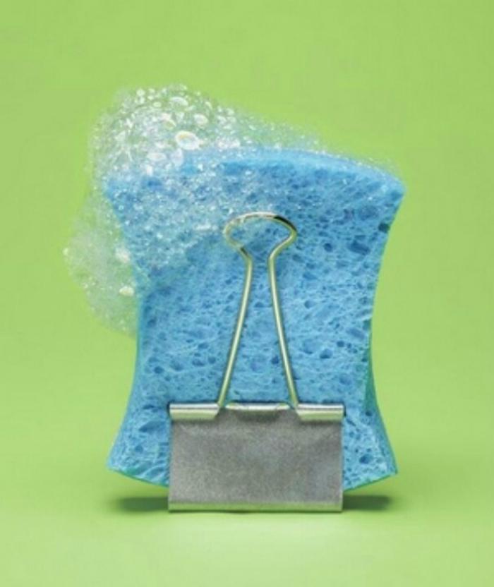 Kẹp chiếc kẹp giấy vào bọt biển giúp nó thoát nước dễ dàng