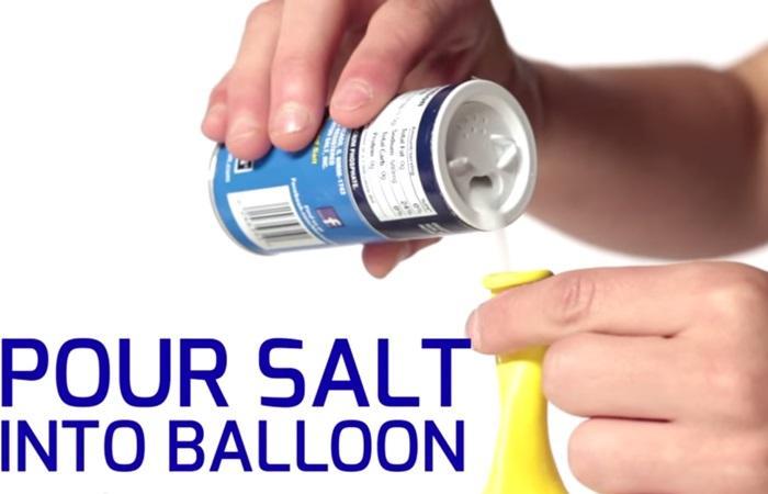 Đổ muối vào một cái bong bóng