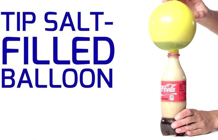 Chụp bong bóng lên chai coca cola sẽ khiến bong bóng phìn ra mà ko phải thổi, thật kỳ diệu