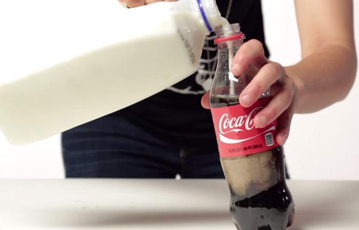 Cho chút sữa vào chai coca bạn nhé