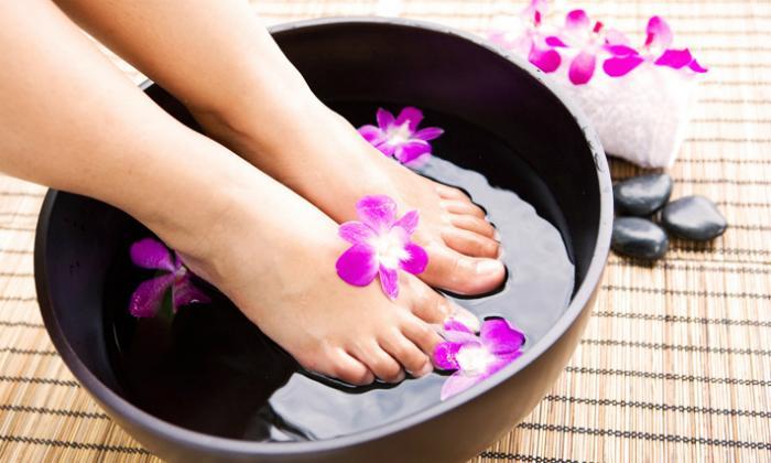 Ngâm chân trong nước ấm để các cơ chân được thư giãn