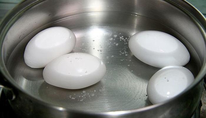Trứng luộc sẽ không bị nứt với một ít muối