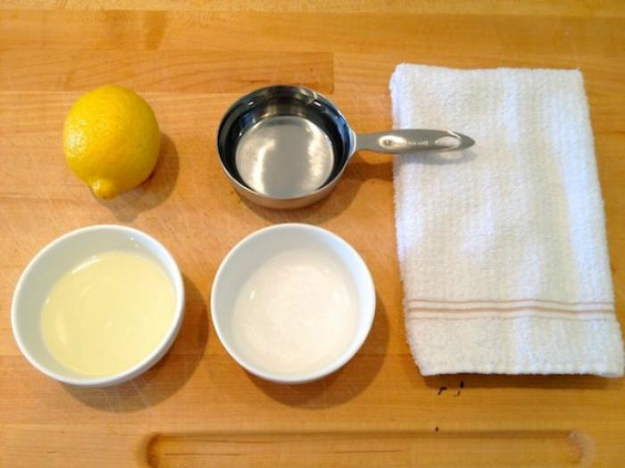 Đun sôi hỗn hợp muối và giấm ăn để lau chùi gạch men