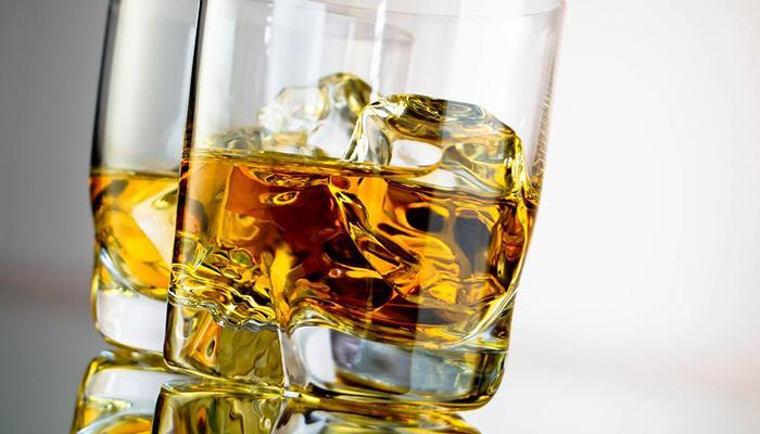 Một ly rượu mạnh có thể hấp thụ được mùi hôi trong nhà vệ sinh