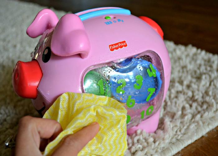 Dùng vải mềm lau sạch đồ chơi bằng điện tử