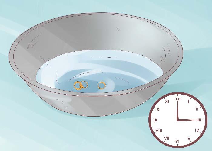 Ngâm vàng với nước rửa chén pha nước sôi để bỏ các bụi bám và chất bẩn