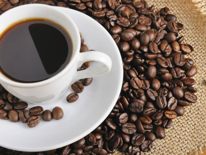 Caffeine làm da mất nước