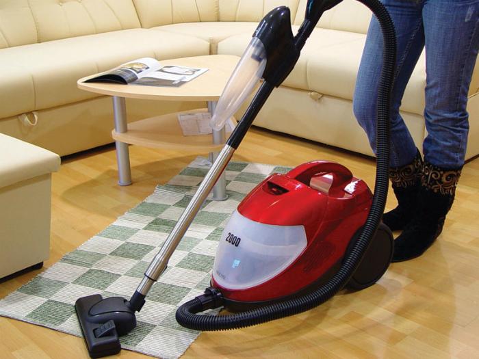 Dùng máy hút bụi để dễ dàng loại bỏ bụi bẩn trong nhà