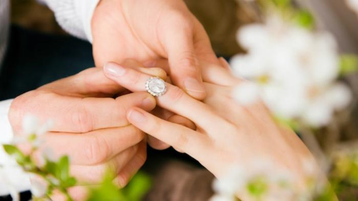 Nếu lỡ đeo nhẫn cưới nhầm ngón, nên dùng chất có độ trơn để dễ tháo ra