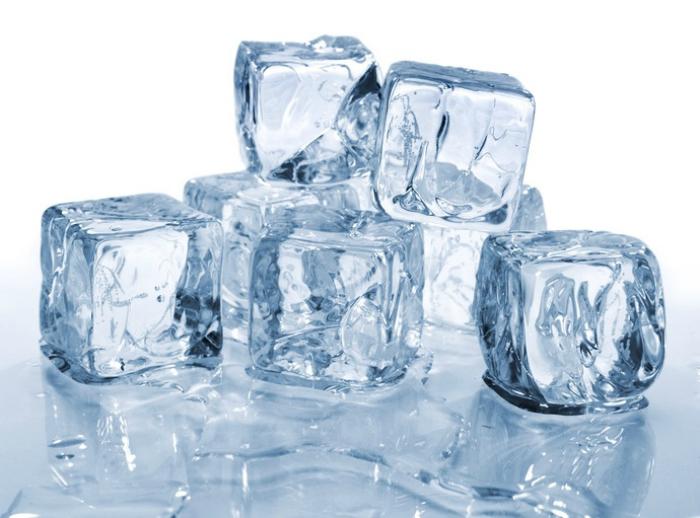 Chườm đá lạnh lên mặt là cách đơn giản nhất để làm se khít lỗ chân lông