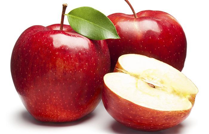 bọc kín táo, lê bằng màng bọc thực phẩm.