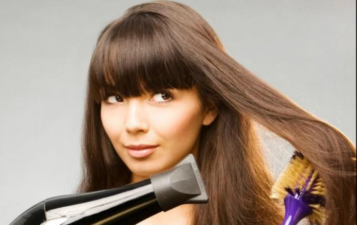Chia tóc thành nhiều phần để sấy không bị rối