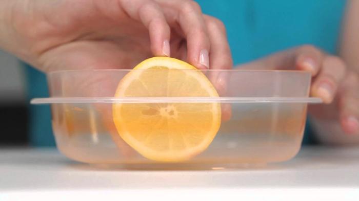 Chà chanh lên bề mặt của hộp nhựa giúp khử mùi hiệu quả
