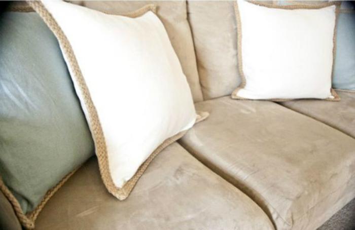 Dùng bọt biển tẩm cồn để lau chùi ghế sofa