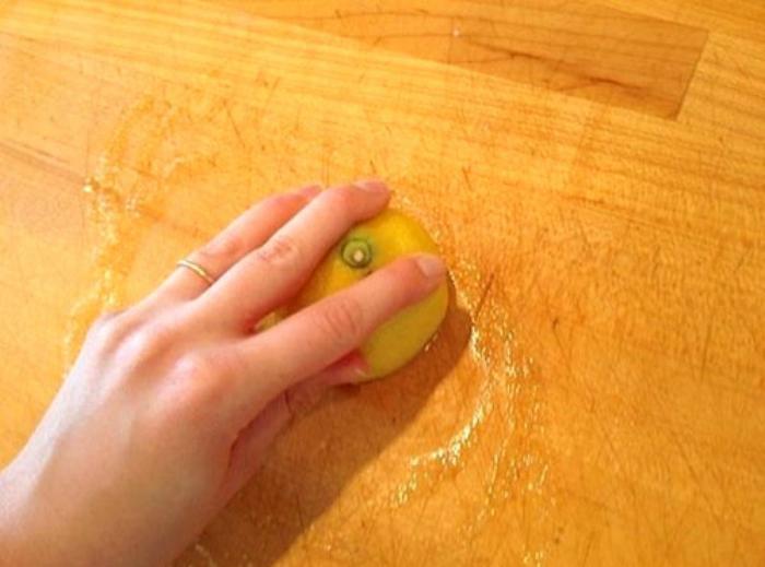 Làm sạch thớt gỗ với chanh